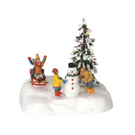 figura niños jugado en la nieve